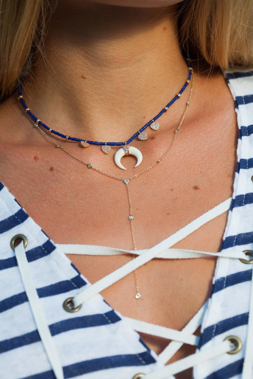 Le collier corne os et diamant, est signé Jacquie Aiche : la marque que toutes les stars s'arrachent