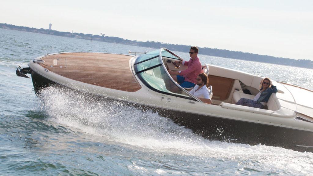 Allure sportive à bord de ce beau bateau. Un chris craft disponible à la vente chez Evasion pro Yachting, à Arcachon.