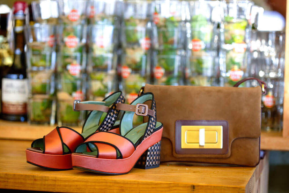 Nous les libellules look ethnique zoom sac camel Avril Gau et chaussures Paola D'Arcano