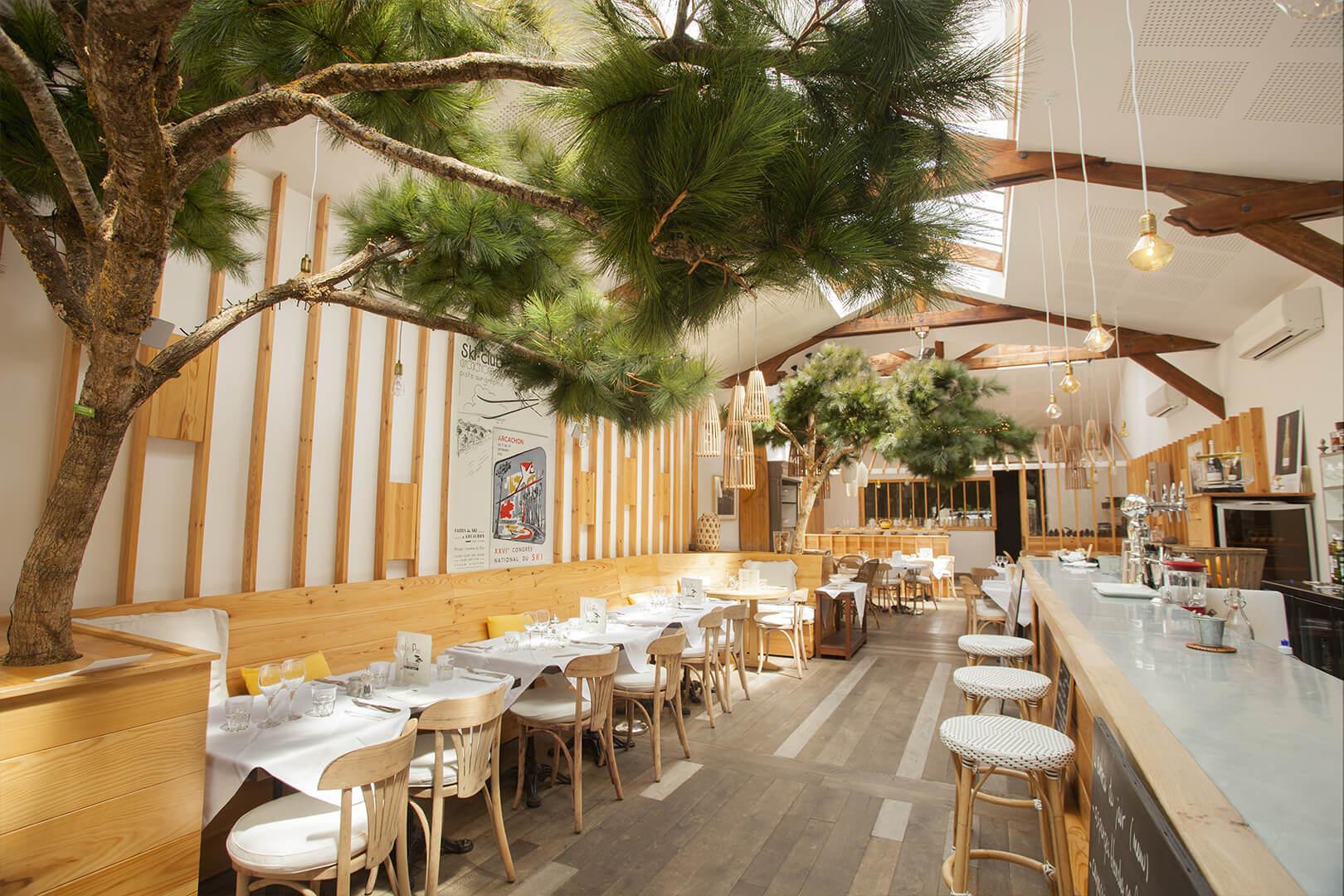 La classe, des pins à l'intérieur de ce restaurant Arcachonnais, décorré par Laurent Guiraudon, sa femme et Beryl Sokombe