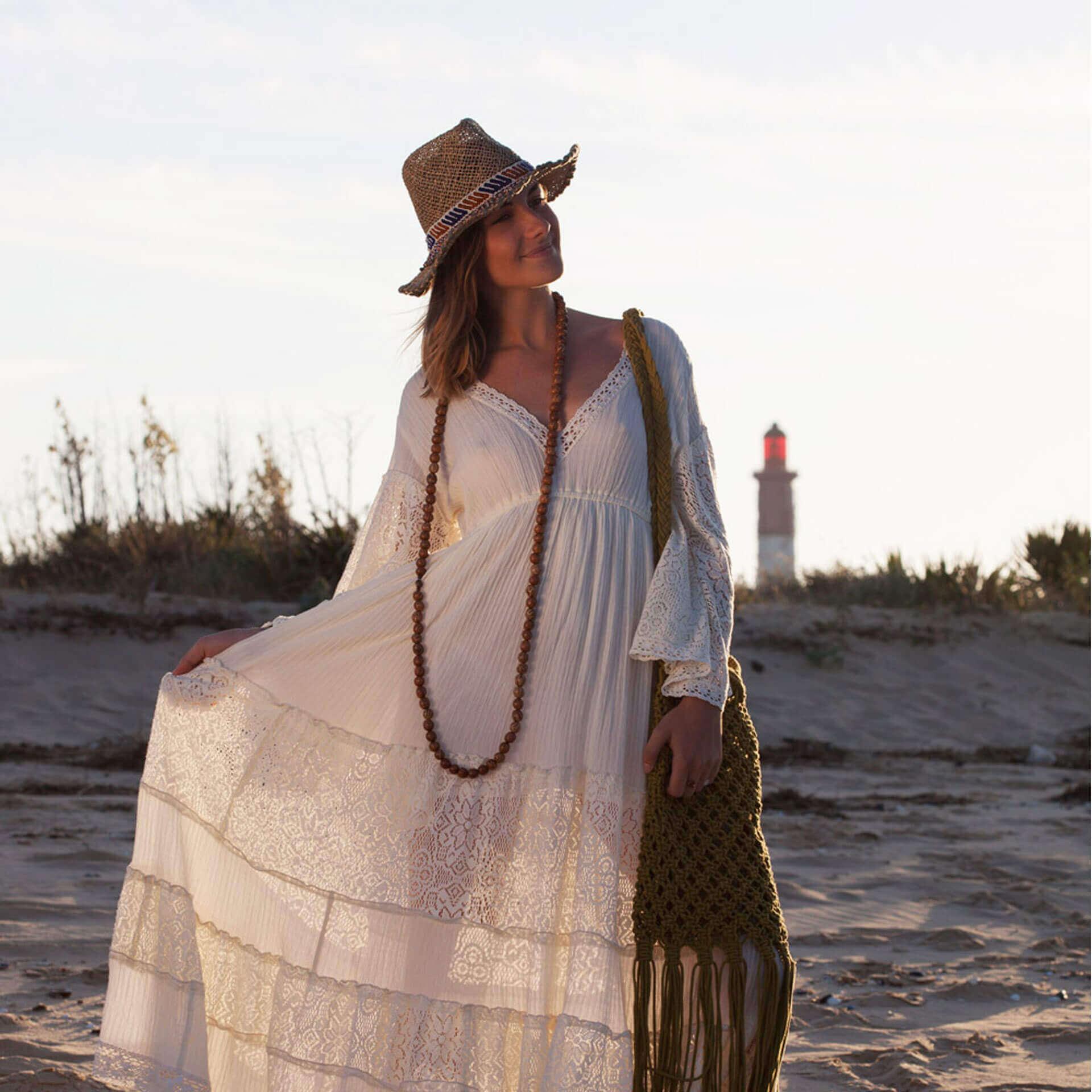 hippie beach look boheme plage robe longue blanche sautoir