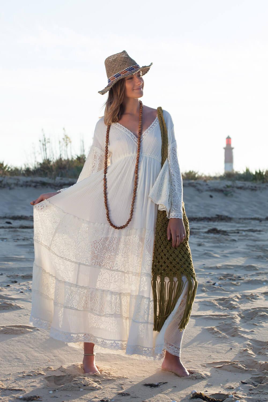 Robe Blue Hippy, maxi sautoir en bois, sac en macramé et chapeau de la marque Favella Market